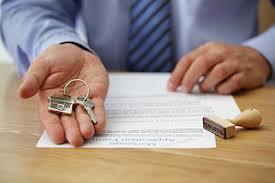 Можно ли переоформить ипотеку на другого человека, перевести из одного банка во второй или перекинуть на иную квартиру: нюансы и трудности, пути решения