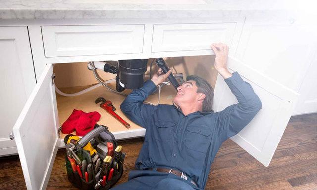Должностная инструкция слесаря-сантехника ЖКХ: в чем заключается работа специалиста, как его вызвать на дом и нужно ли платить за оказанные услуги?