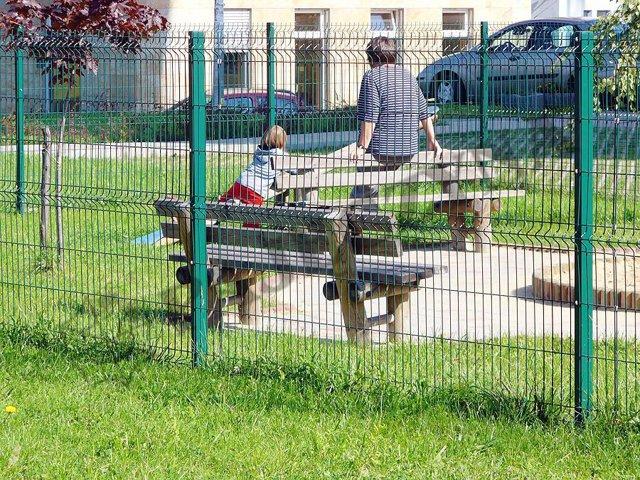 Установка шлагбаумов на придомовой территории: законность, незаконное ограждение дворового участка многоквартирного дома, как огородить и можно ли поставить забор по закону?