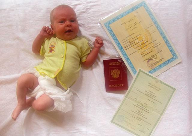Можно ли прописать ребенка: с кем должны быть прописаны дети до 14 лет, каковы законы о регистрации несовершеннолетних в квартире собственника и могут ли не выдать полис при рождении и отсутствии места жительства, а также, где найти сведения о прописке
