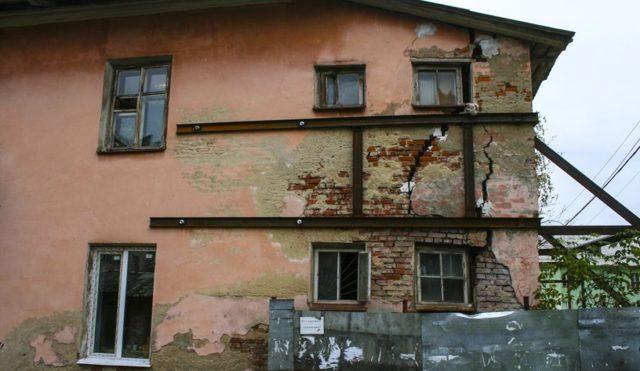 Как признать их дом аварийным и подлежащим сносу, если он ветхий: порядок процедуры признания, что нужно делать, чтобы жилье утвердили непригодным для проживания?