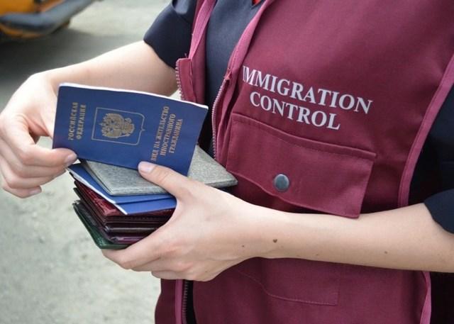 Регистрация иностранных граждан по месту пребывания (временная регистрация) и по месту жительства: как заполнить, скачать бланк и образец заполнения заявления