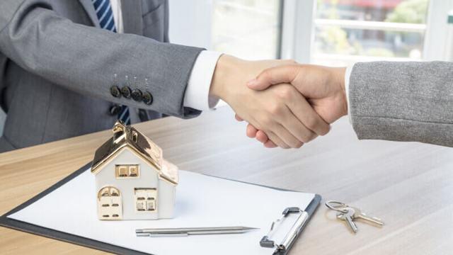Как происходит купля-продажа квартиры через банковскую ячейку, например Сбербанка? Где взять образец договора аренды и каковы риски для продавца и покупателя?