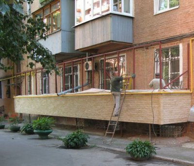 Сколько стоит строительство пристройки балконов на первом этаже? Почему его пристроить на 1 этаже может выйти так дорого?