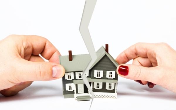 В случае, если квартира досталась по наследству, делится ли она при разводе? Какую роль играет завещание и время покупки: до или в браке?