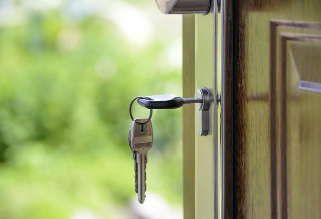 Можно ли выписать человека из квартиры без его присутствия, если он в ней не проживает и не платит? И как сделать это законно?