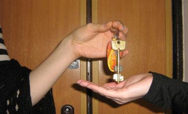 Когда будет расселение из ветхого жилья: будет ли предоставлена другая квартира для жильцов дома, если он признан аварийным, каковы сроки и кого в таком случае переселят, сколько времени на это потребуется и какие документы понадобятся?