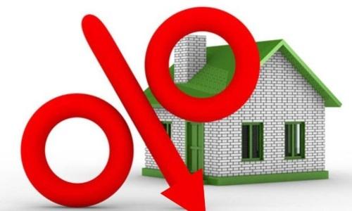 Как уменьшить платеж по ипотеке: можно ли внести корректировки в условия договора, а также, что выгодней, изменение суммы взноса или сокращение срока кредита?