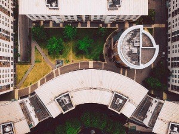 Границы придомовой территории многоквартирного дома: как определить их и где узнать, можно ли сдавать в аренду  отведенную площадь, а также пример проекта межевания участка и его план